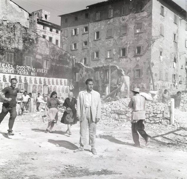 """Foto di scena da """"Tutti a casa"""" di Luigi Comencini"""