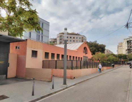 La scuola, al civico 10 di Calle Capella nel distretto di Sant Andreu, Comune di Barcellona